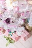 Bollar för garneringar Giftboxes, för för rosa färger och vita jul som hänger på Royaltyfri Fotografi