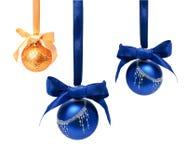 Bollar för jul för Hunging isolerade guld- ahdblått arkivbild