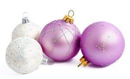 Bollar för lila och vit jul som isoleras på en vit Royaltyfria Foton