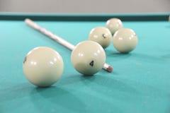 Bollar och en stickreplik för rysk biljard på en billiardtabell med en grön torkduk fotografering för bildbyråer