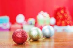 Bollar och garneringar på juldagen Royaltyfria Bilder