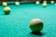 Bollar på den gröna torkduken Rysk billiard arkivfoton