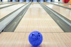 Bollar på bowlingbanan mot tio ben Royaltyfria Bilder