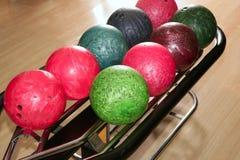 bollar som bowlar grön röd rad för closeup Arkivfoto