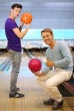 bollar som bowlar klubbahållmän två Arkivfoto