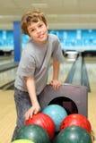 bollar som bowlar pojkeklubban nära, plattforer Royaltyfri Bild