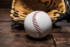 Bollbaseball med handsken royaltyfria foton