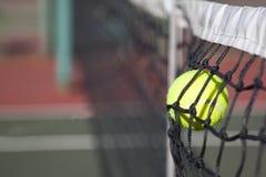 bolldomstol som slår netto tennis Arkivbild