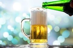Bolle bianche dorate della birra Immagine Stock