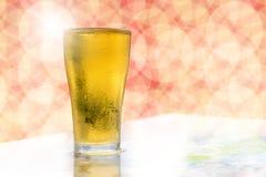 Bolle bianche dorate della birra Fotografie Stock