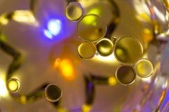 Bolle colorate sulla superficie dell'acqua: Globuli fotografia stock