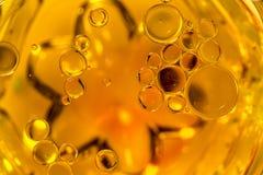Bolle colorate sulla superficie dell'acqua: Globuli immagini stock