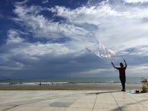 Bolle con un chiaro cielo blu a Tanjung Aru fotografia stock libera da diritti
