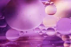Bolle dell'olio su acqua e su priorità bassa dentellare Immagine Stock