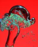 Bolle di aria in acqua su colore rosso Fotografia Stock