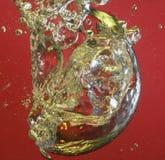 Bolle di aria e dell'acqua su colore rosso Fotografia Stock
