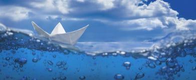 Bolle di carta della spruzzata della nave che navigano il cielo dell'acqua blu Immagine Stock Libera da Diritti