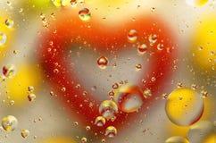 Bolle di colore e cuore riflesso Giorno del `s del biglietto di S immagini stock