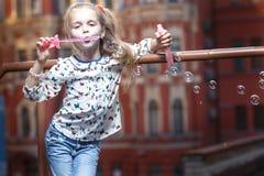 Bolle di salto della bambina Fotografia Stock Libera da Diritti