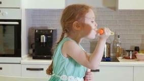 Bolle di salto della ragazza a casa nella cucina archivi video