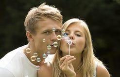 Bolle di salto delle giovani coppie Fotografia Stock