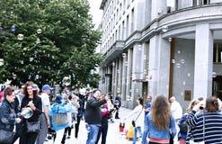 Bolle di sapone di festa nella via a Praga Fotografia Stock Libera da Diritti