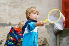 Bolle di sapone di salto del ragazzo del bambino all'aperto Fotografie Stock Libere da Diritti