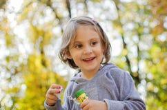 Bolle di sapone di salto della bambina Fotografia Stock Libera da Diritti