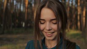 Bolle di sapone di salto della ragazza adorabile video d archivio
