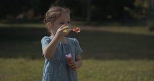 Bolle di sapone di salto della ragazza all'aperto video d archivio