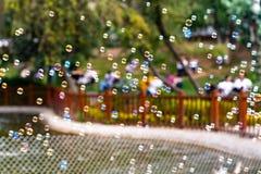 Bolle di sapone di salto nel parco di Kugulu fotografia stock