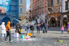 Bolle di sapone volanti della gente che formano Città Vecchia Praga quadrata, repubblica Ceca Fotografia Stock