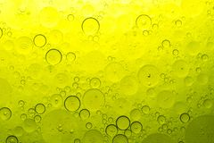 Bolle gialle su acqua fotografia stock