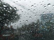 Bolle impressionanti dell'acqua al giorno piovoso fotografie stock