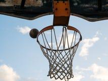 Bollen är i flykten av av handen av en ung basketspelare Arkivbilder