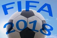 Bollen för Fifa 2018 symboliserar seger och sporten Arkivbilder