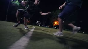 Bollen flyttar sig på fältet, det är en fotbollsspelare, gör överföringen till en annan spelare som gör poäng den in i målet stock video