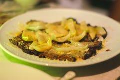 Bollen, met rundvleesvlees worden en met gebraden ui worden gediend gevuld die die stock foto's
