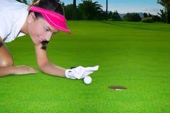 bollen som blinkar det gröna handhålet för golf, blidkar kvinnan Arkivbilder