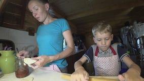 Bollenvareniki met kwark en jam Traditioneel Russisch voedsel stock footage