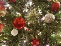 Bollgarneringar för röd och vit jul Royaltyfria Bilder