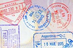 Bolli variopinti di arrivo di immigrazione sul passaporto Fotografie Stock