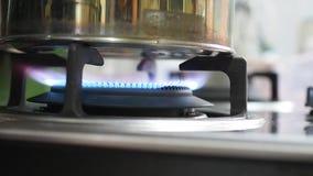 Bollitore blu del riscaldamento della fiamma del fuoco della stufa di gas stock footage