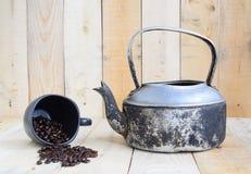 Bollitore classico con la tazza di caffè nero ed i chicchi di caffè Fotografie Stock Libere da Diritti