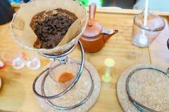Bollitore del gocciolamento del caff? per la fine del caff? americano della mano su fotografie stock libere da diritti