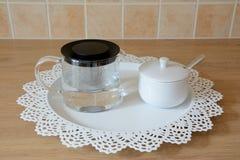 Bollitore di tè e ciotola di zucchero di vetro Immagini Stock Libere da Diritti