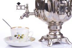 Bollitore e tazza da the di tè russi tradizionali Fotografie Stock