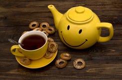 Bollitore e tazza gialli Fotografia Stock