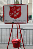 Bollitore rosso dell'esercito della salvezza per le collezioni nel Midtown Manhattan Immagini Stock