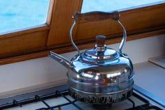 Bollitore superiore della stufa antica nella cucina della barca fotografia stock libera da diritti